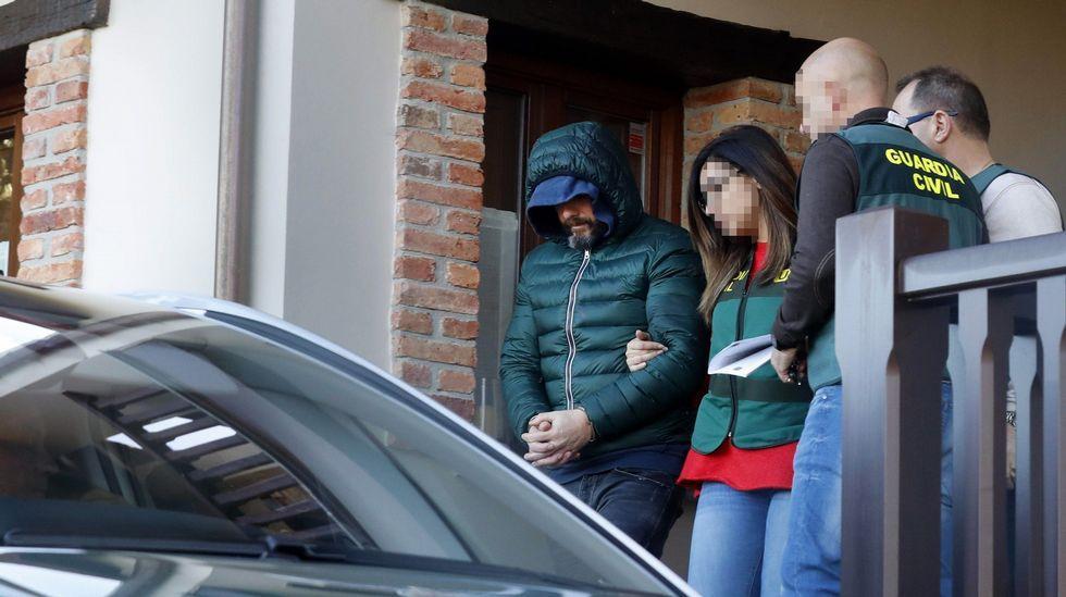 Agentes de la Guardia Civil salen de la casa de Pedro Nieva en Belmonte de Pría tras el registro