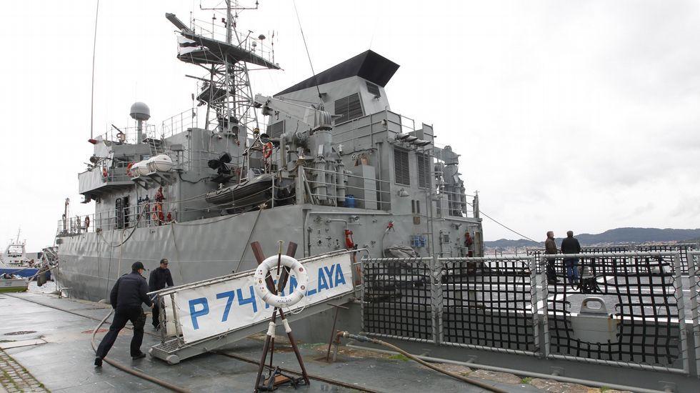 Estos son los nuevos oficiales de la Armada.El «Atalaya» durante un atraque en Vigo