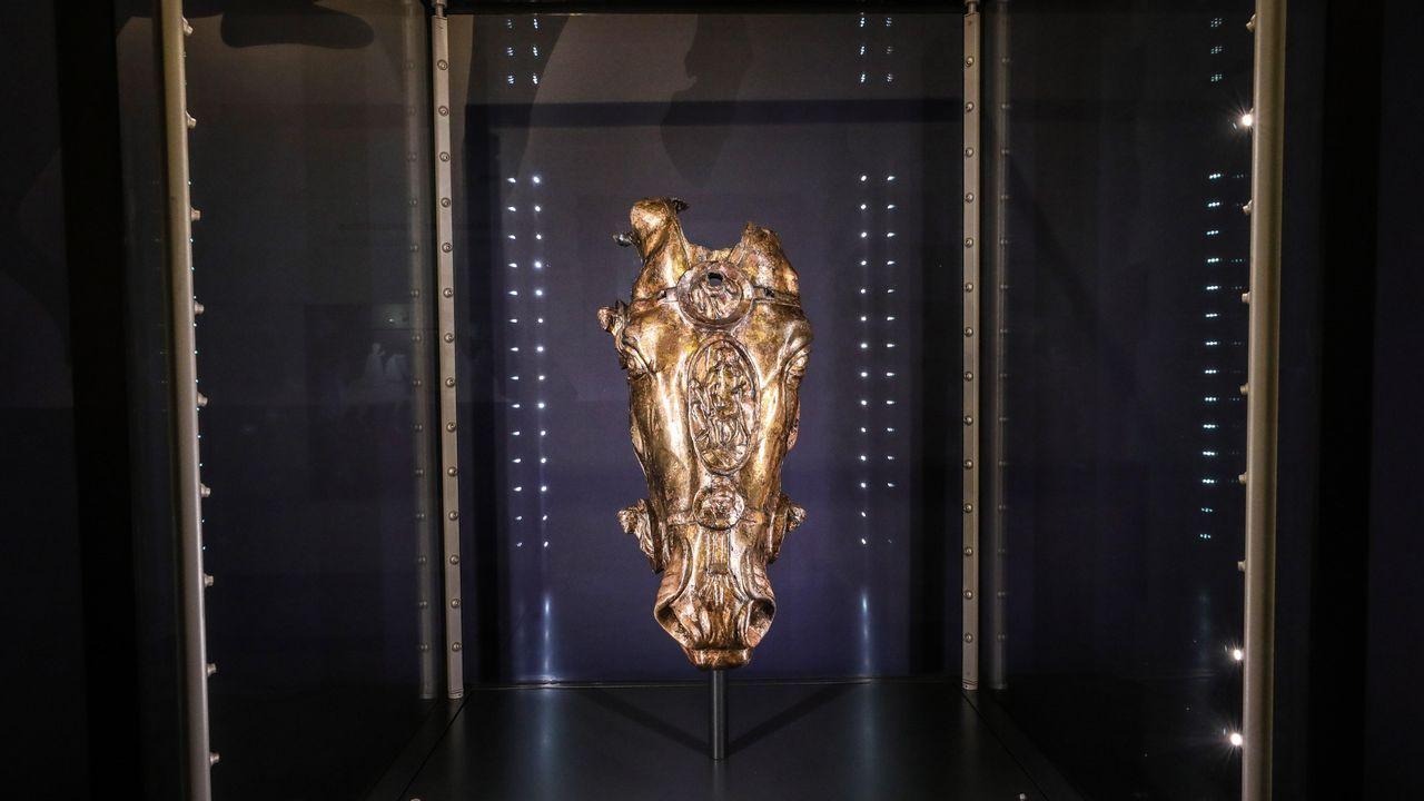 La cabeza dorada de una estatua ecuestre romana de Waldgirmes es expuesta en el Fuerte Romano de Saalurg, Alemania.