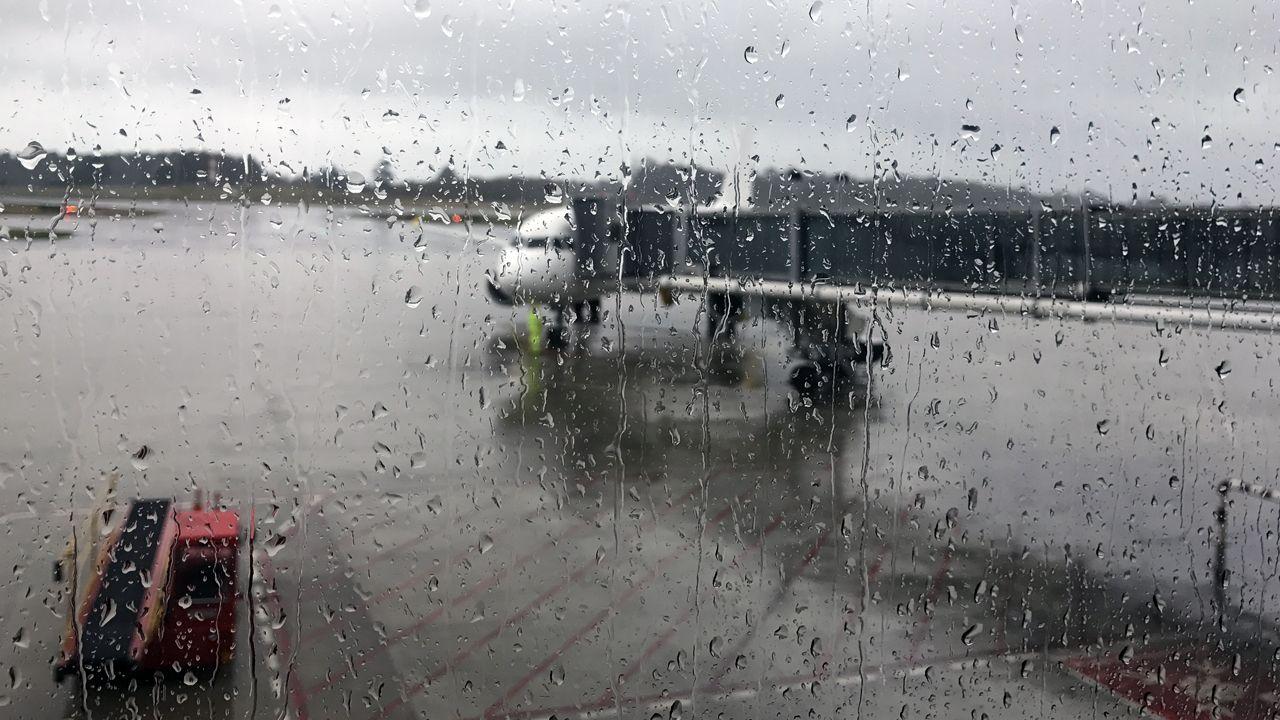 Un avión en un «finger» del Aeropuerto de Asturias, en medio de la lluvia