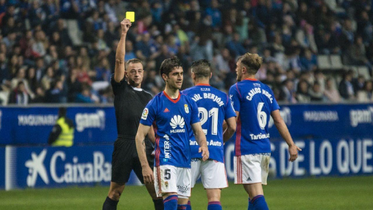 Eiriz Mata Forlin Saul Berjon Carlos Hernandez Real Oviedo Valladolid Carlos Tartiere.Eiriz Mata muestra una amonestacion a Forlin