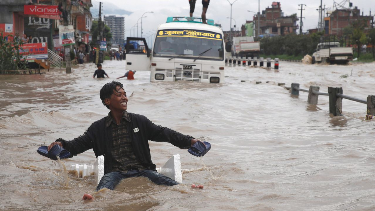 Efecto de las inundaciones en una calle de Bhaktapur, en Nepal