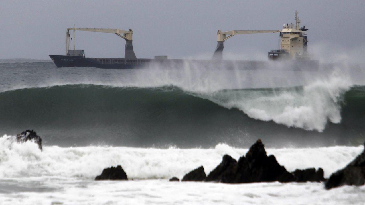 Habrá olas de hasta 8 metros, pero ¿por qué nunca las vemos así de altas?.A la izquierda, el niño estadounidense Paul von Rosenstiel, en el instante en que lanzó una botella al mar desde el trasatlántico Ascania. A la derecha, el pesquero gallego Adela Roibal, cuya tripulación la halló