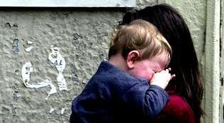 pobreza infantil, niños, malos tratos.Miembros de la PAH ayudan a vacíar el piso de la pareja desahuciada