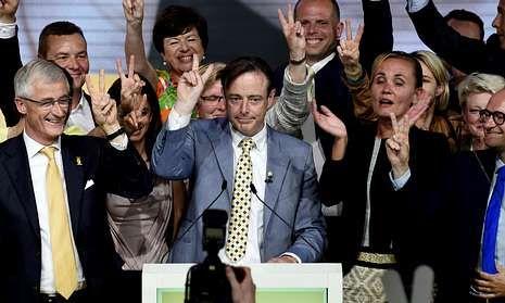 Ofensiva israelí en un barrio de Gaza.Bart de Wever (en el centro) celebra con su equipo el éxito electoral del separatismo flamenco.