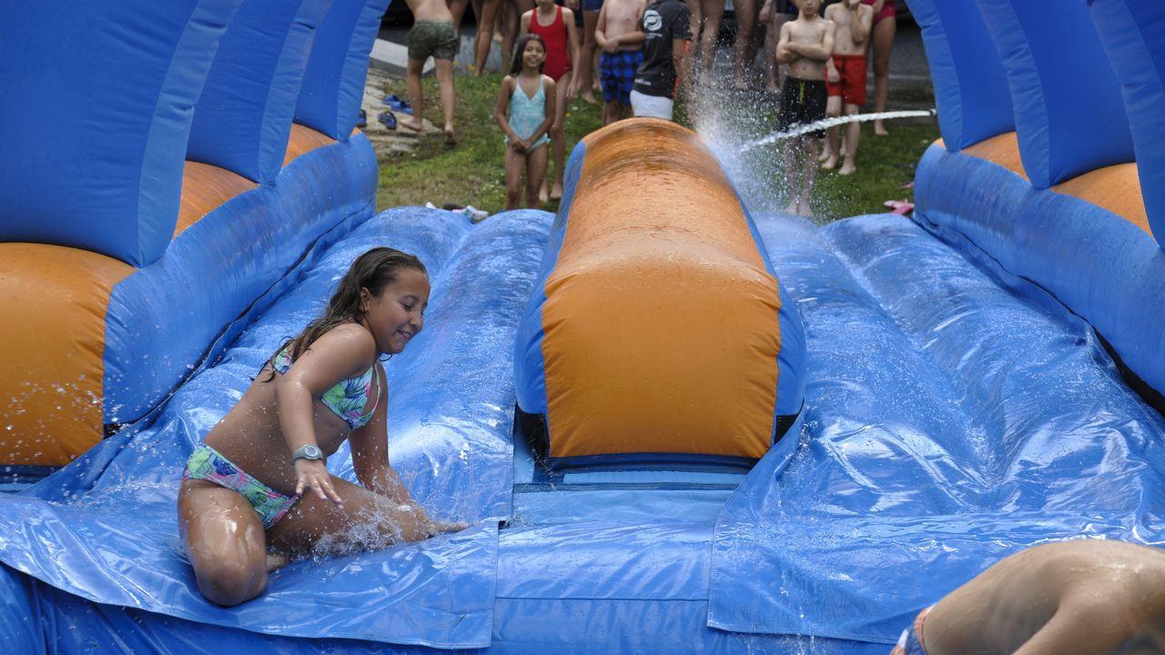.Hinchables de agua en la fiesta de clausura del campamento tecnológico en La Molinera.
