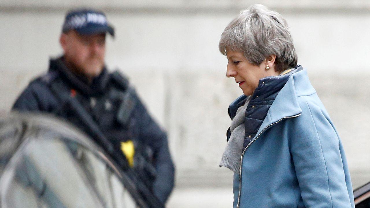 Miles de británicos salen a la calle para exigir que Reino Unido se quede en la UE.Theresa May acortó su visita a Bruselas para poner en marcha su nuevo intento de aprobar el acuerdo en el Parlamento