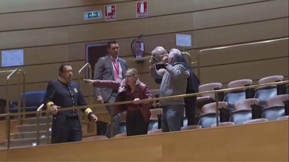 Desalojados del Senado dos familiares de las víctimas del Alvia.Andrés Cortabitarte, responsable de Seguridad en la Circulación cuando se abrió la línea Santiago-Ourense.