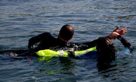 El equipo está formado por una especie de bolsa flotante y reflectante con la que se sujeta a la víctima