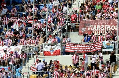Los aficionados del CD Lugo animaron al equipo en el duelo por el ascenso en Cádiz.