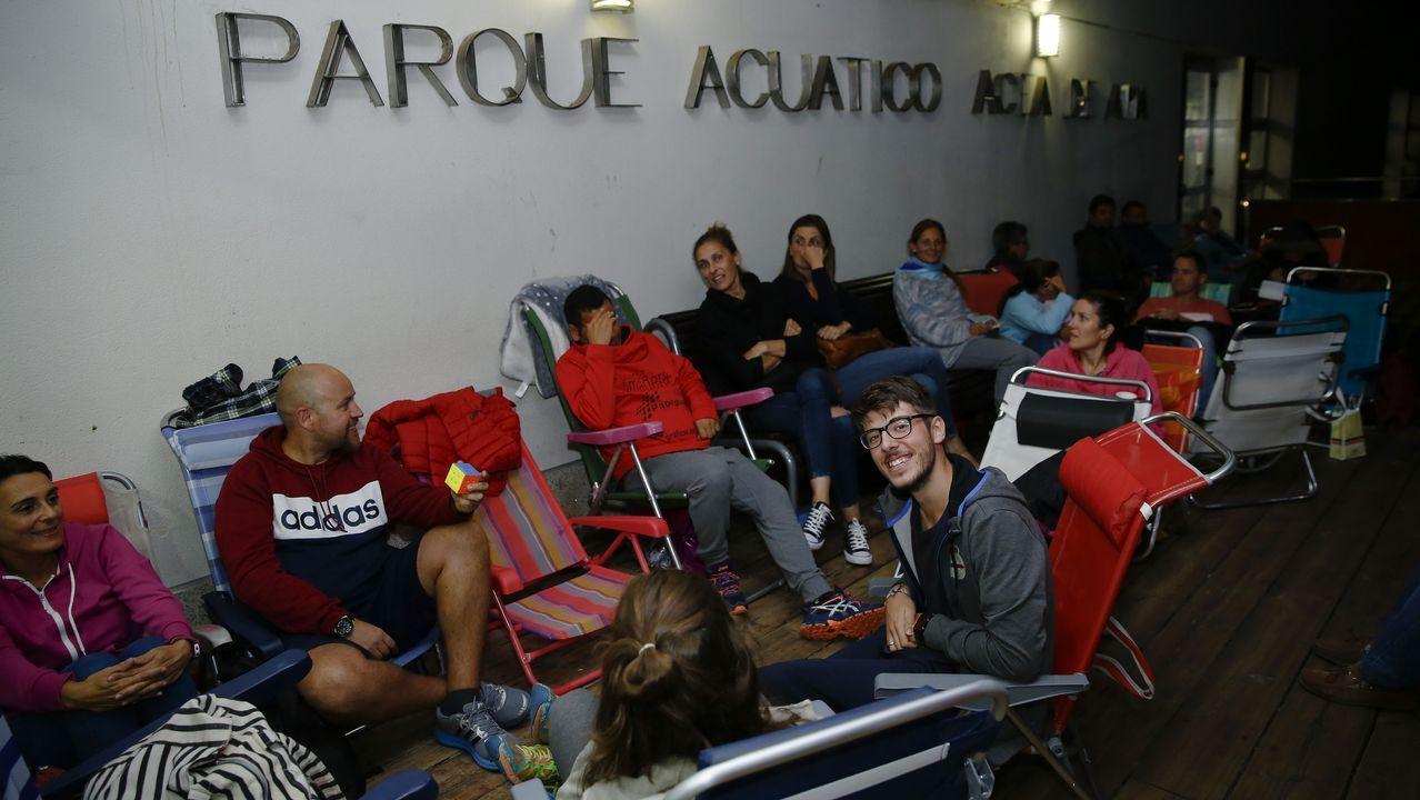 .Algunos usuarios, anoche esperando para las inscripciones en la piscina de Acea de Ama