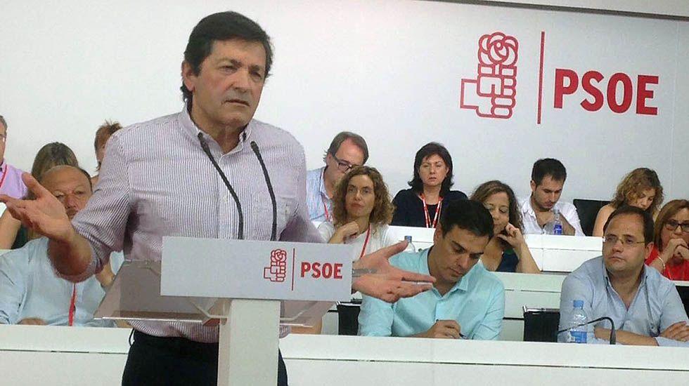 Javier Fernández interviene en el Comité Federal del PSOE, con Pedro Sánchez al fondo.Javier Fernández interviene en el Comité Federal del PSOE, con Pedro Sánchez al fondo