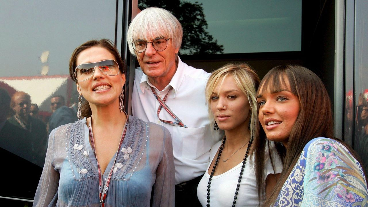 El británico Bernie Ecclestone (2-i), el mandamás que gestiona la Fórmula Uno, posa con su esposa, la croata Slavica (i) y sus hijas Tamara y Petra (d), antes del Gran Premio de Fórmula Uno de Italia, en el circuito de Monza, Italia