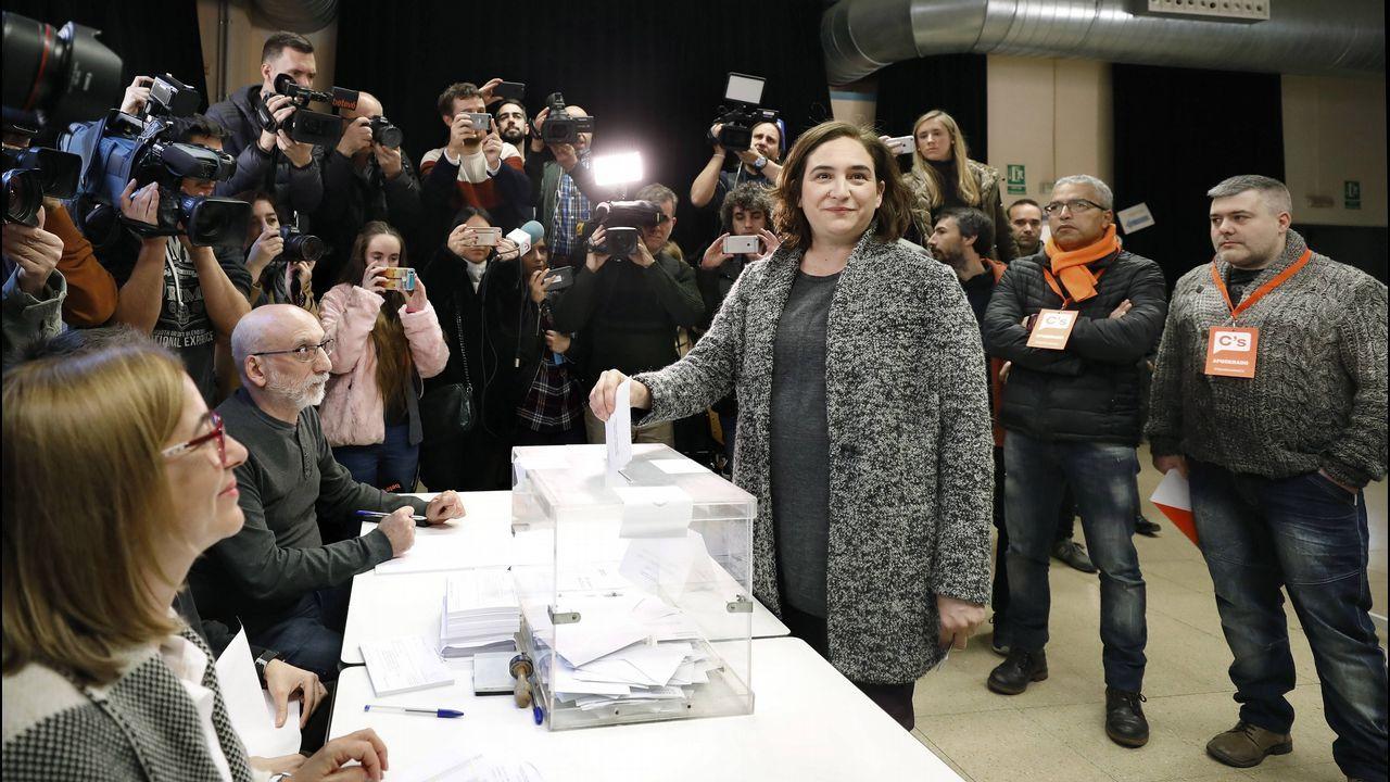 .La alcaldesa de Barcelona, Ada Colau, ejerce su derecho al voto.