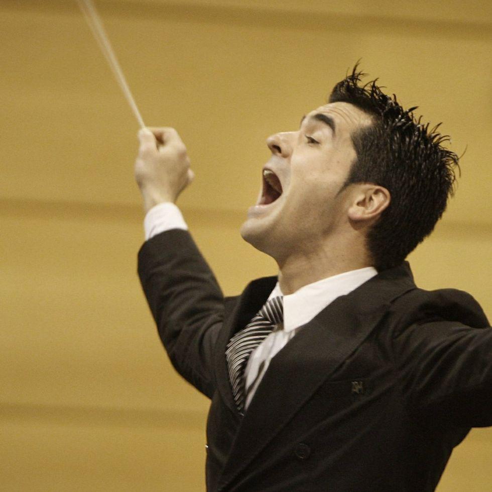 Rafael Agulló Albors, en pleno esfuerzo de dirección de la banda.