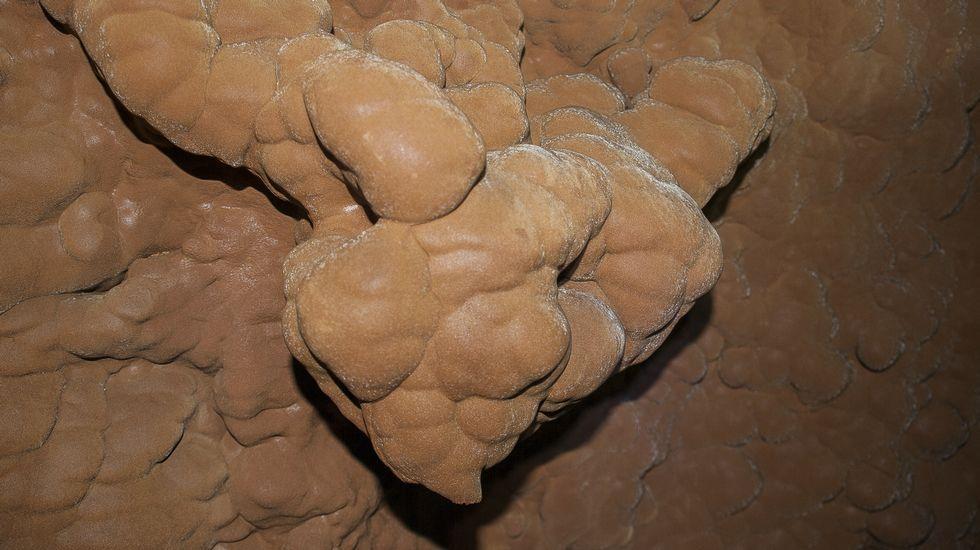 Na gruta hai numerosas formacións calcáreas de aspecto vistoso