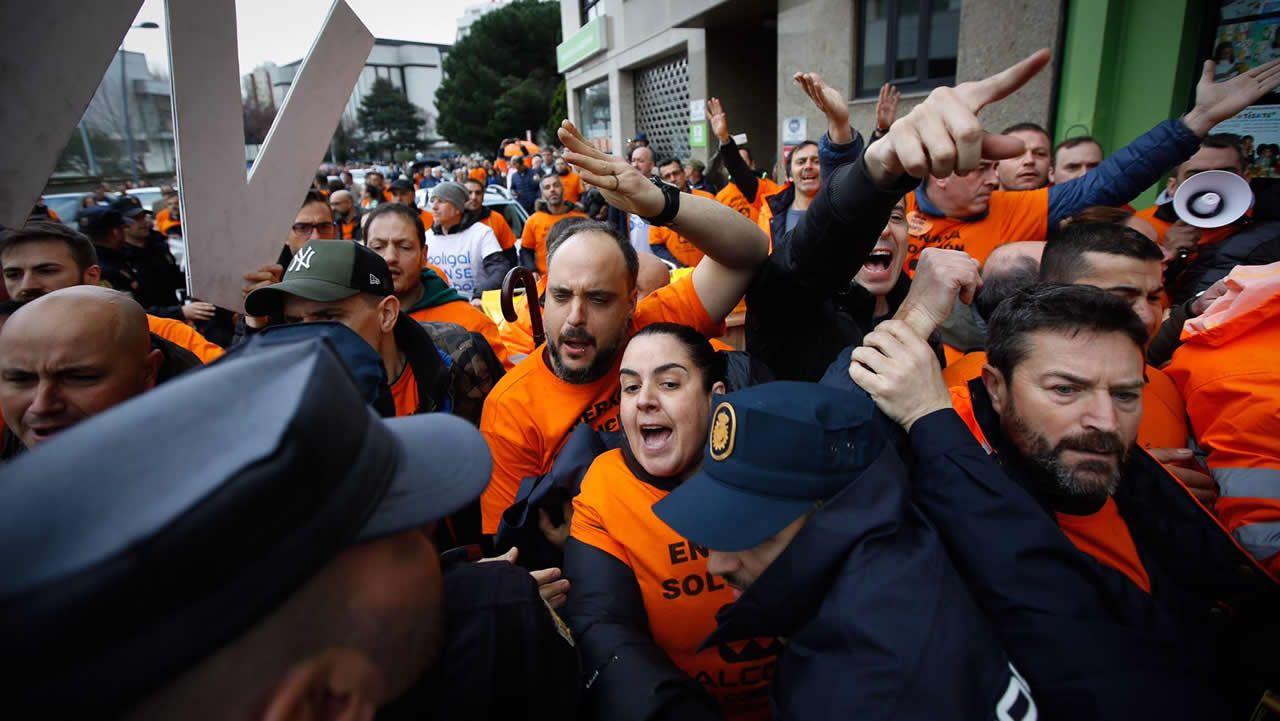 Trabajadores de Alcoa y Poligal llevan sus protestas al acto de Pedro Sánchez.Trabajadores de Alcoa protestan a la entrada del acto de Pedro Sánchez en A Coruña