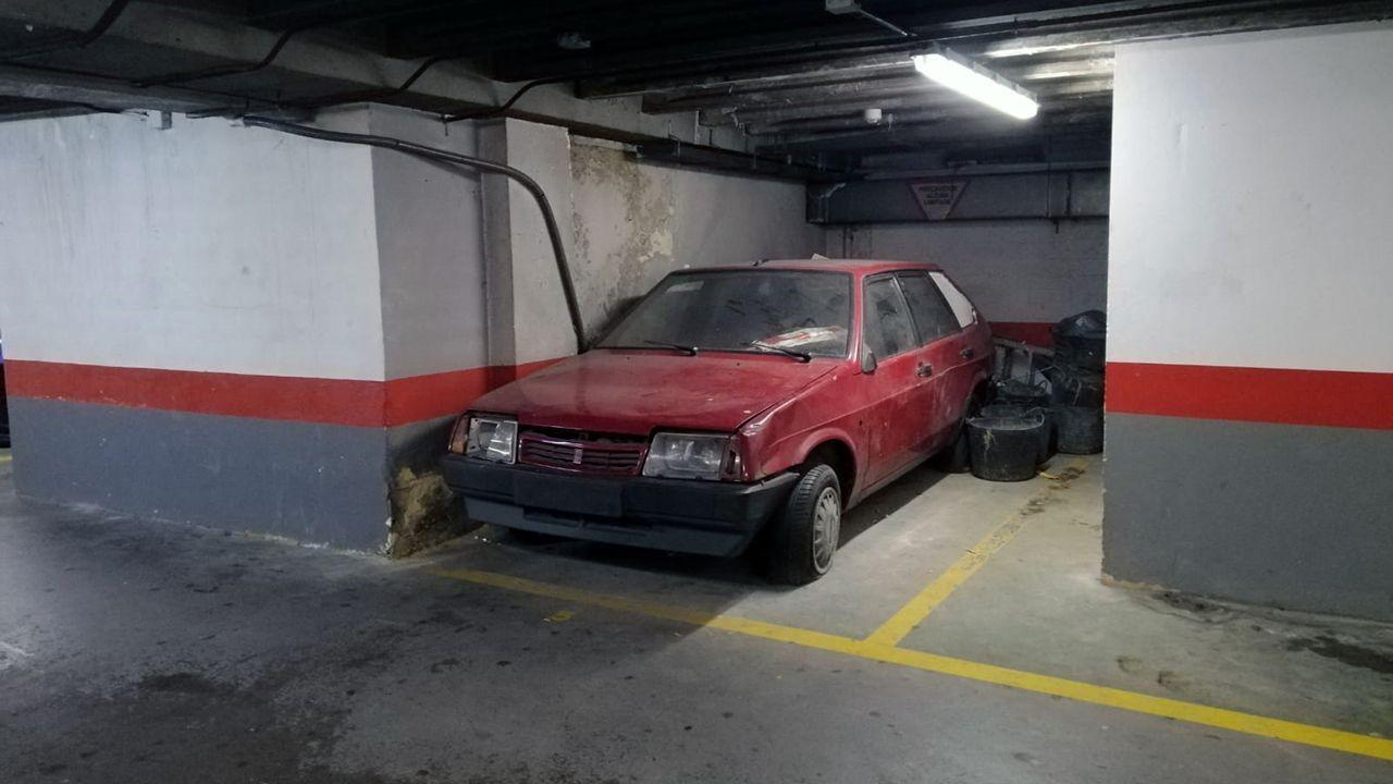 Jabalíes a la carrera por La Florida.El coche abandonado en el párking de la plaza de la Escandalera en Oviedo