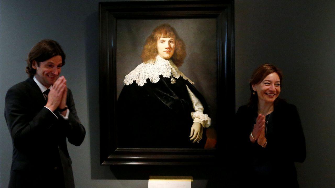 El historiador Jan Six junto a la directora del Museo Hermitage de Amsterdam, Cathelijne Broers, junto al cuadro atribuido a Rembrandt