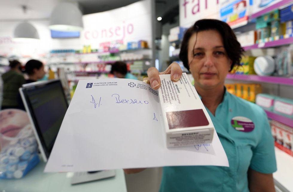 Embarazada.Una farmacéutica muestra una caja de Bexsero, la vacuna contra la meningitis B.