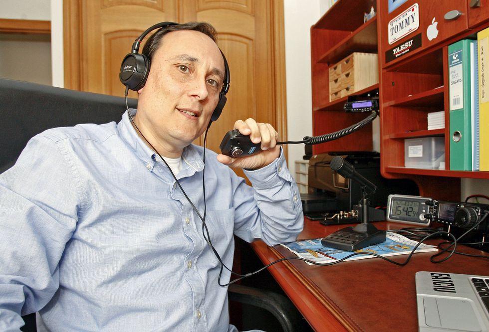 Tomás Abeigón Vidal muestra la emisora de radio que tiene en su domicilio particular.