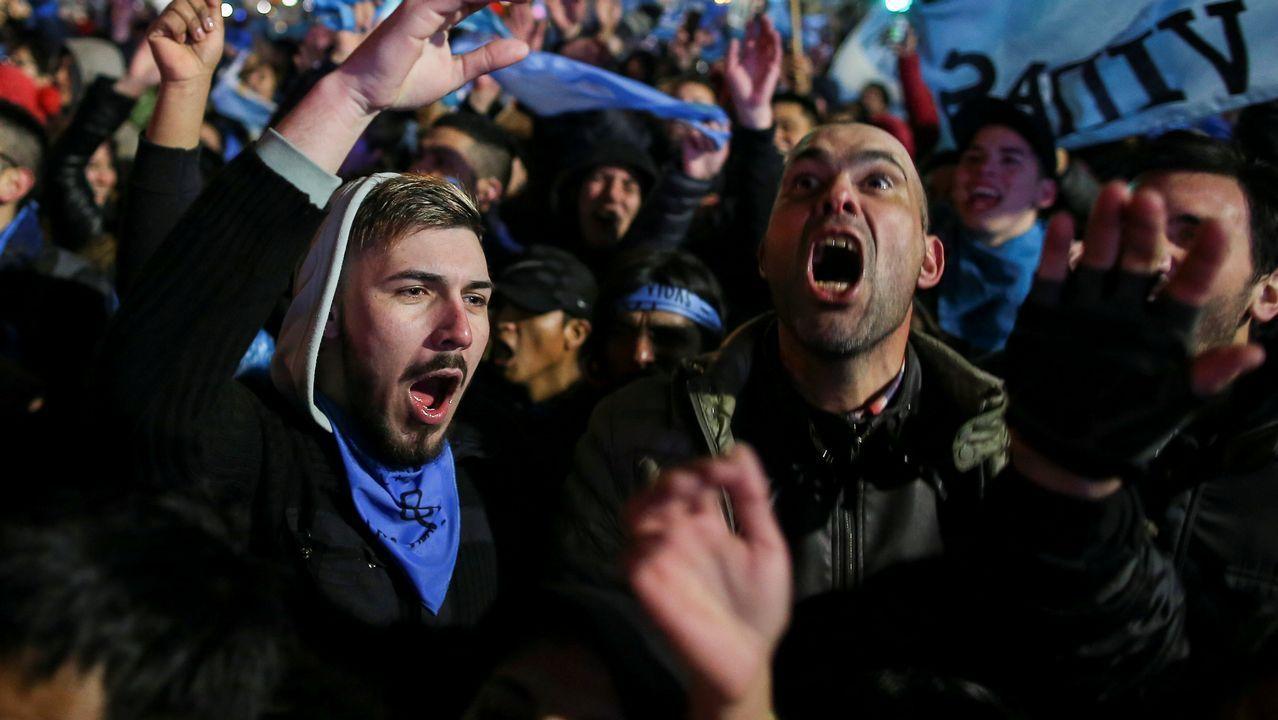 Los manifestantes en contra de la legalización del aborto celebran el rechazo al proyecto por parte del Senado