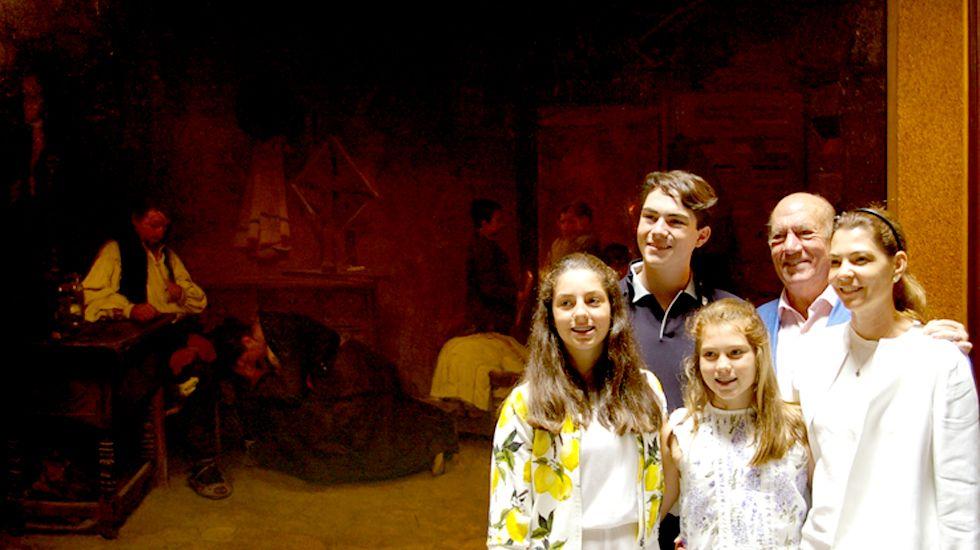Antonio Suárez, su hija Fernanda y sus nietos, ante «La cuna vacía»