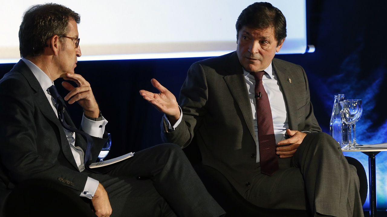 Javier Fernández, Alberto Núñez Feijóo y Pablo Junceda, con Castropol al fondo.Alberto Núñez Feijoo y Javier Fernández