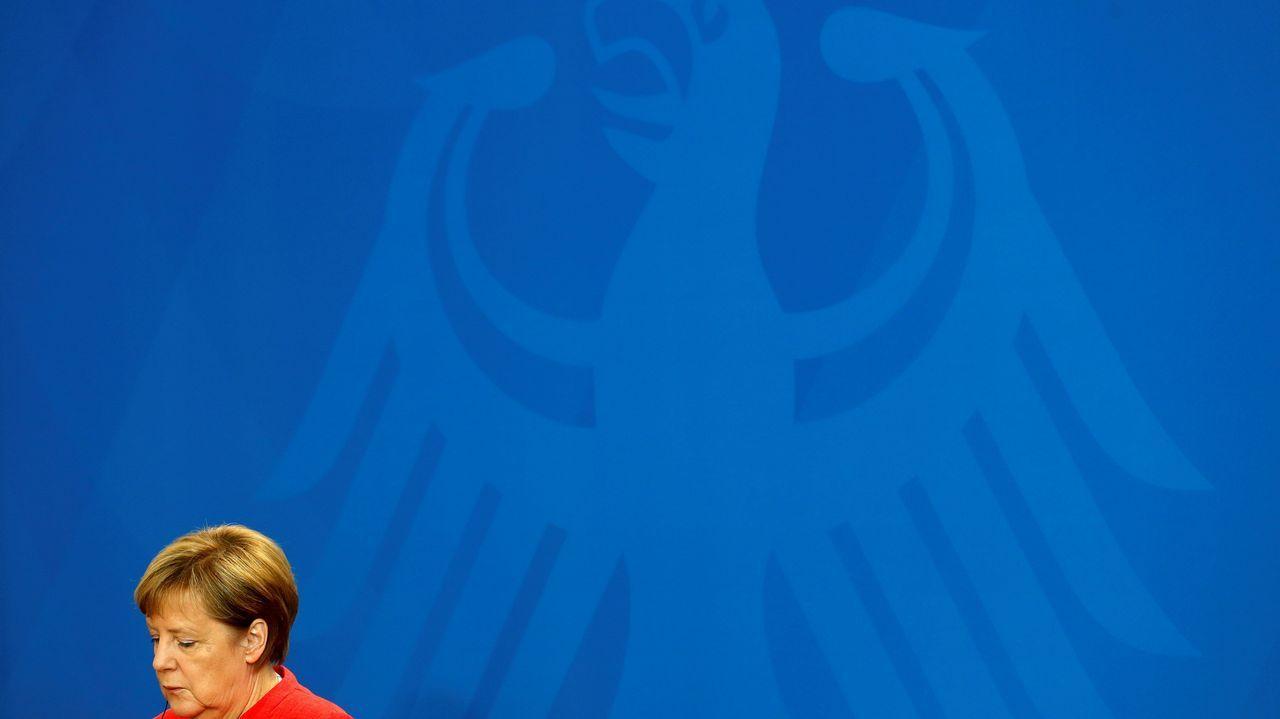 .La canciller alemana, Angela Merkel, y el primer ministro de Montenegro, Dusko Markovic, ofrecen una rueda de prensa tras su reunión en la Cancillería en Berlín