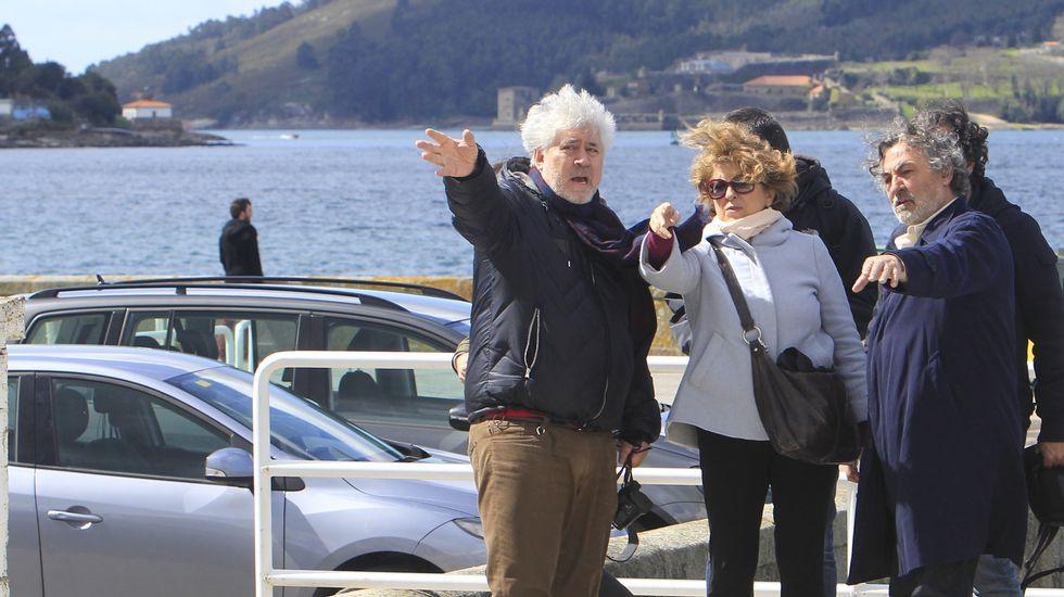 Almodóvar busca localizaciones en Mugardos y Ares.El alcalde de Ares, Julio Iglesias, acompañó a Almodóvar y al equipo en un recorrido por el puerto deportivo.