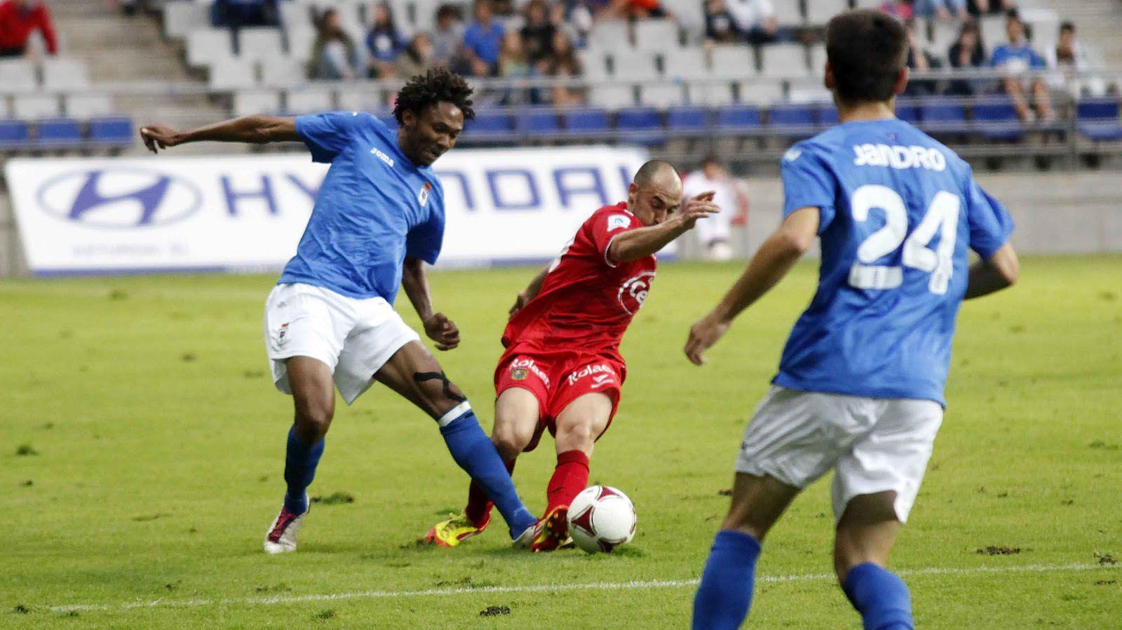 Anquela Requexon Real Oviedo.Owona le quita el balón a Antonio López del Fuenlabrada