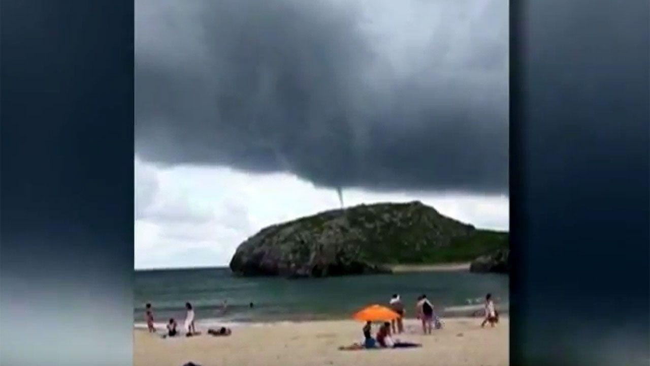Un tornado en la playa llanisca de Cuevas de Mar