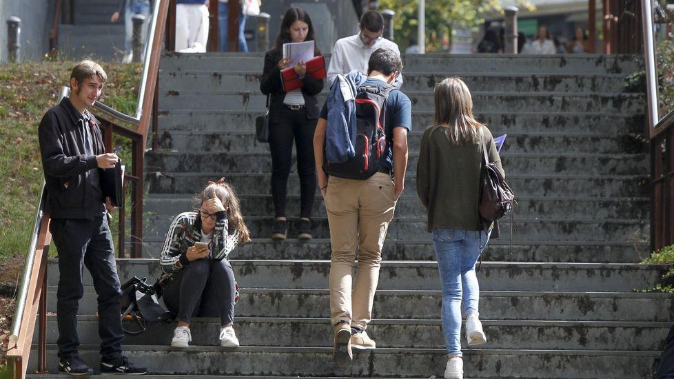 Estudiantes en el campus sur de la universidad compostelana