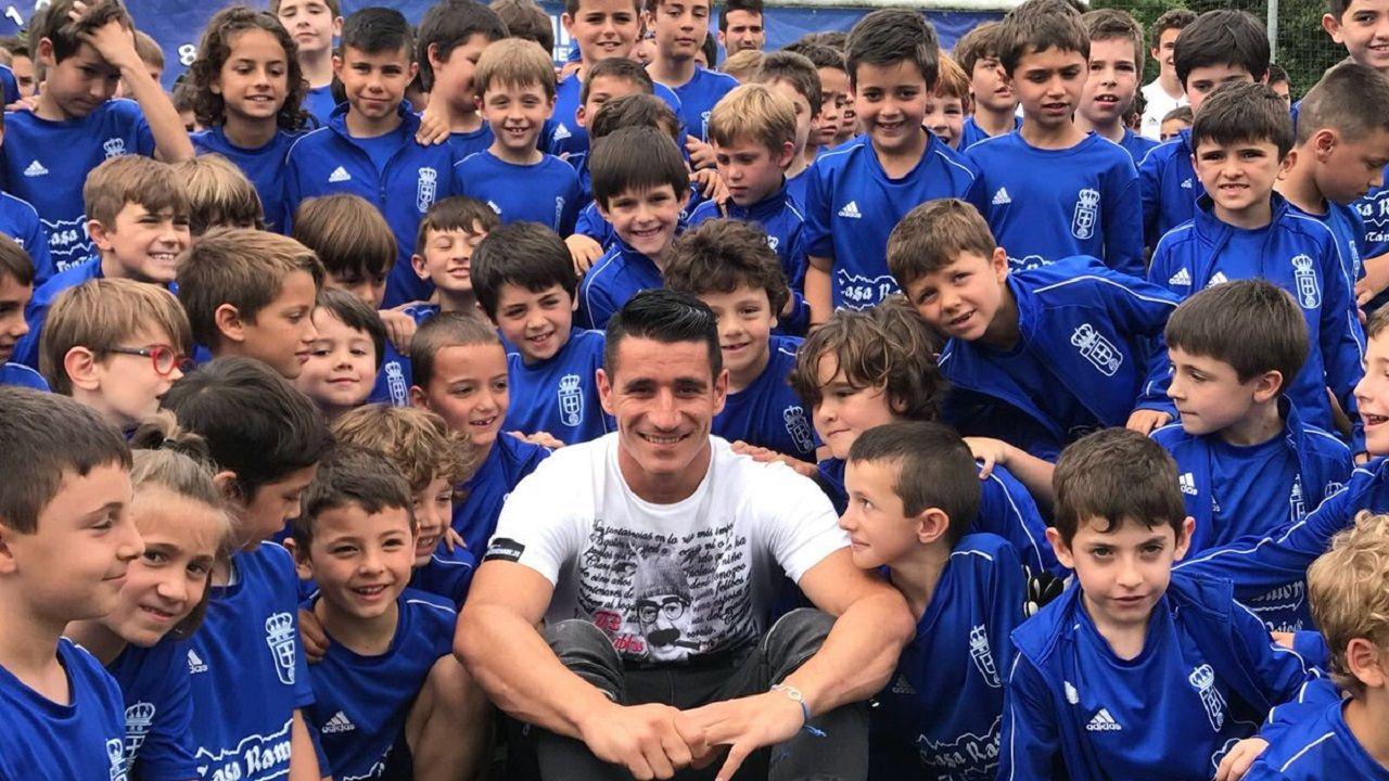 Pacheta Real Oviedo Elche.Saúl Berjón posa junto a los niños del Campus