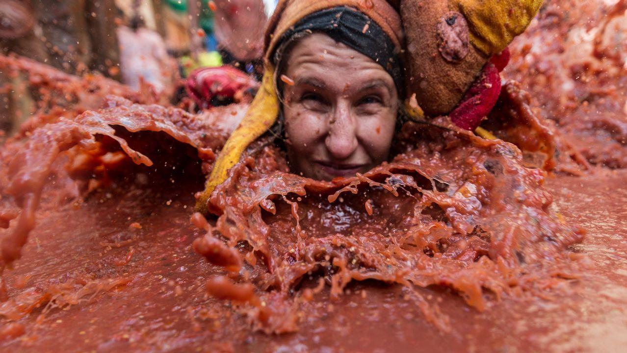 .Más de 20.000 personas han participado en la tradicional fiesta de «La Tomatina» lanzándose 145.000 kilos de tomates en la localidad valenciana de Buñol donde los participantes se someten a una lluvia de tomates durante el kilómetro que tiene el recorrido