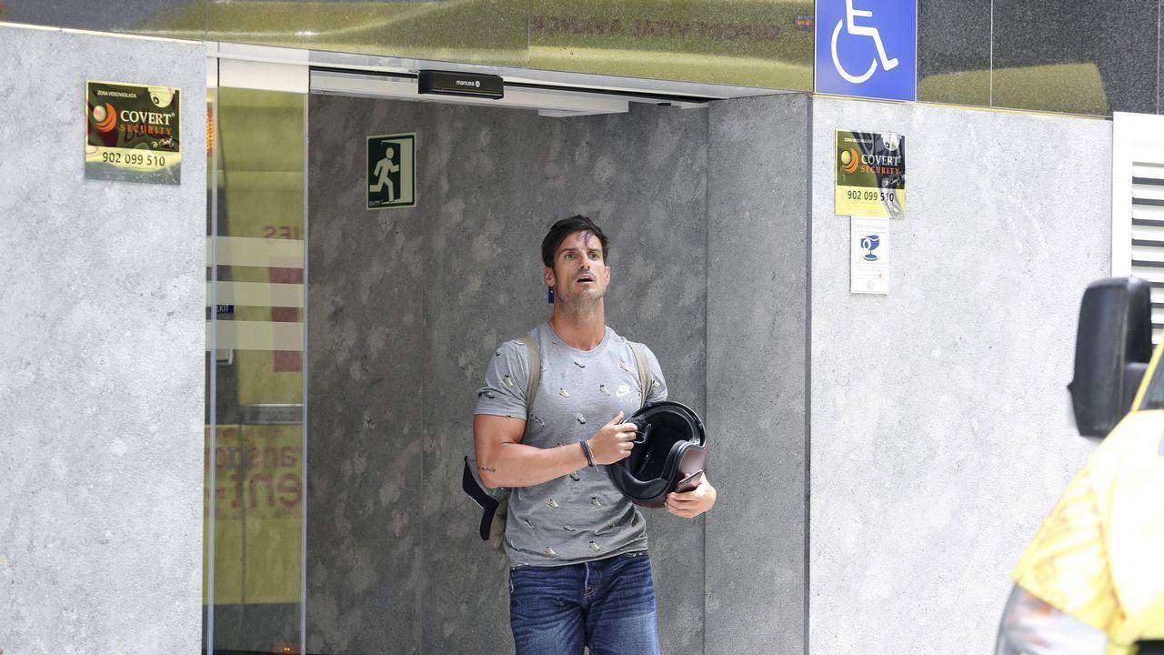 Muchas personas, como el futbolista del Athletic de Bilbao, Aitor Ocio, pasaron esta mañana por el hospital