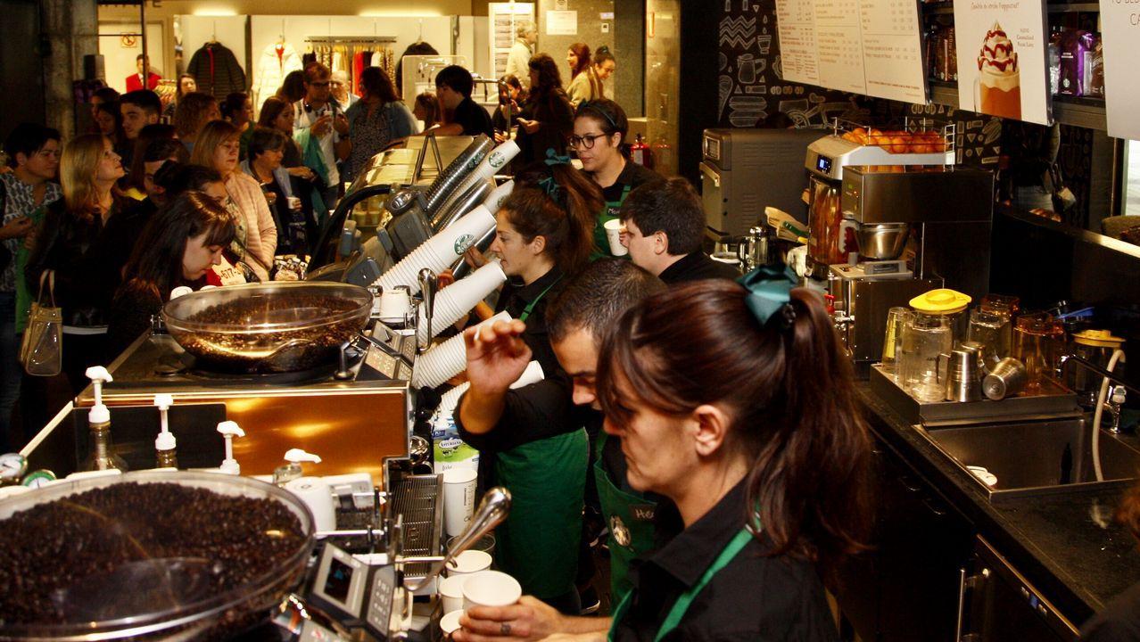 Starbucks se estrena en Vigo con colas