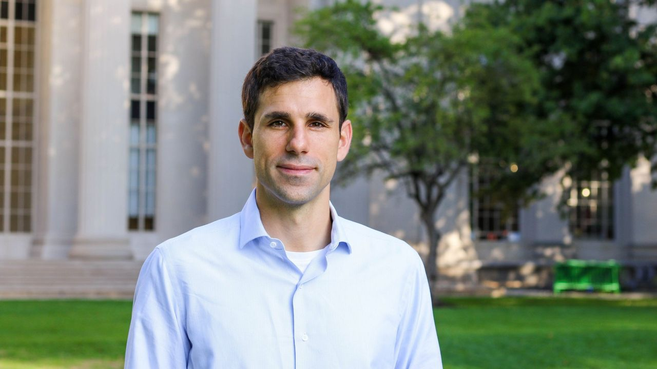 César de la Fuente-Núñez, investigador gallego en el MIT que trabaja en el desarrollo de alternativas a los antibióticos actuales