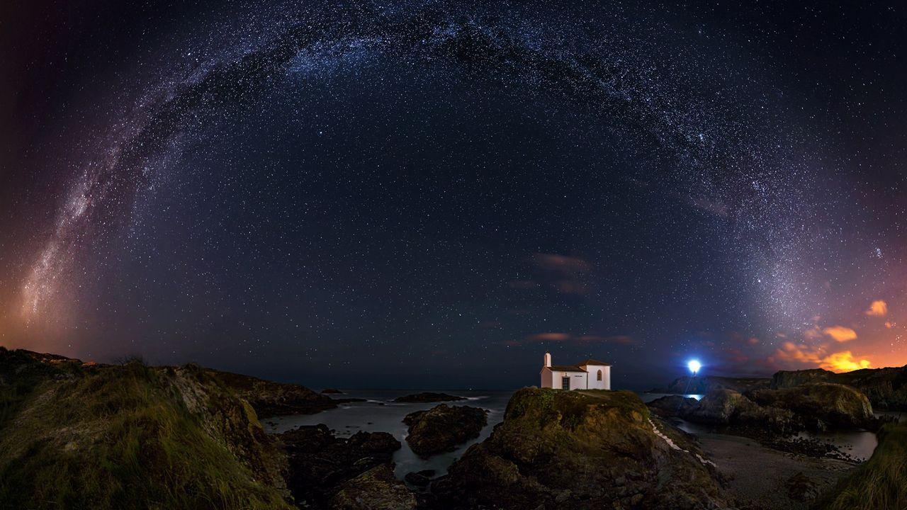 Las imágenes de «Galicia: un lugar para contemplar las estrellas».Carlos Fernández, de la administración de la calle Rubalcava, con décimos del número 50818