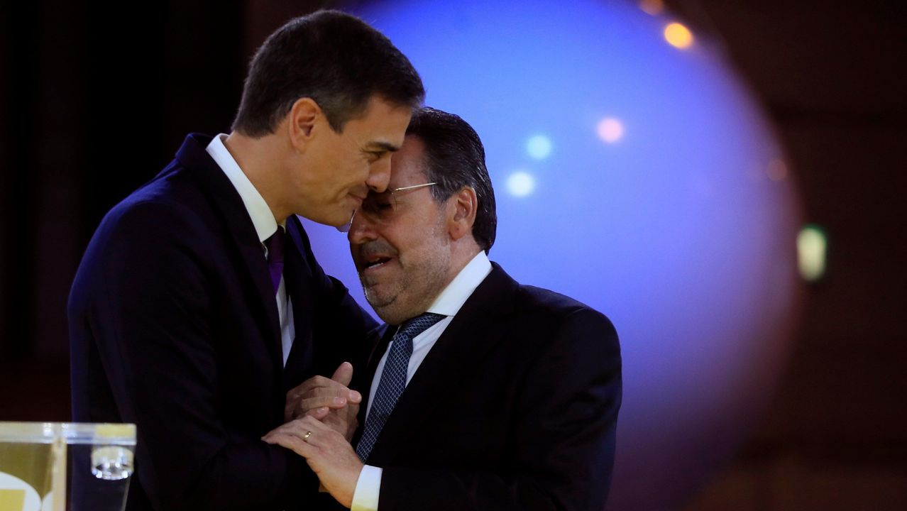 Feijoo acudió a la presentación de Aurelio Núñez como candidato del PP de Carballo.Pedro Sánchez, aplaudido por Carmen Calvo tras intervenir en el Senado, respondió a quienes exigen la ilegalización de fuerzas secesionistas que «los problemas se solucionan, no se prohíben»