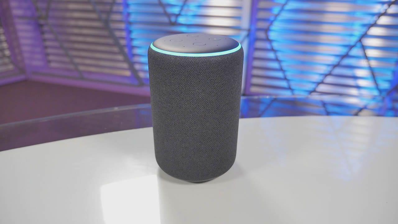 El modelo Echo Plus es el que mayor potencia de audio ofrece: woofer de 76 mm y tweeter de 20 mm