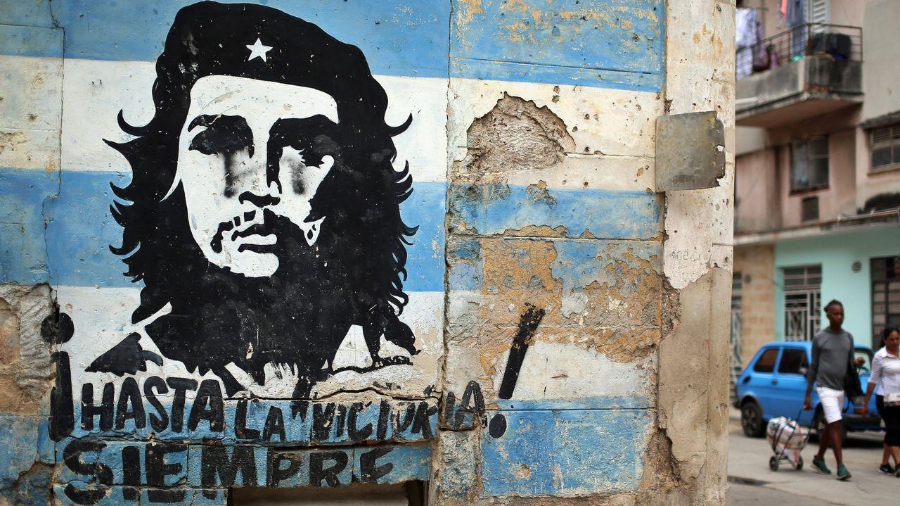 .Los ciudadanos de a pie siguen sin demasiadas expectativas los cambios en la cúpula gubernamental. En la foto, una familia en La Habana