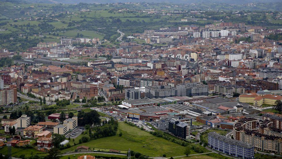 .En primer plano la entrada a Oviedo desde la AS-II