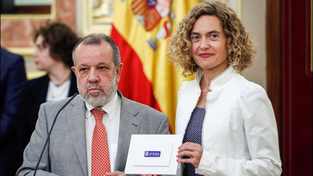 El Defensor del Pueblo en funciones, Francisco Fernández Marugán, hace entrega a la presidenta del Congreso, Meritxell Batet, el informe anual de su institución