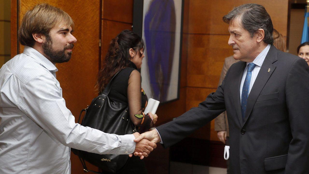 El presidente del Principado, Javier Fernández (d) y el secretario general de Podemos en Asturias, Daniel Ripa (i), se saludan al inicio de la reunión que Gobierno regional y Podemos Asturias sobre los presupuestos