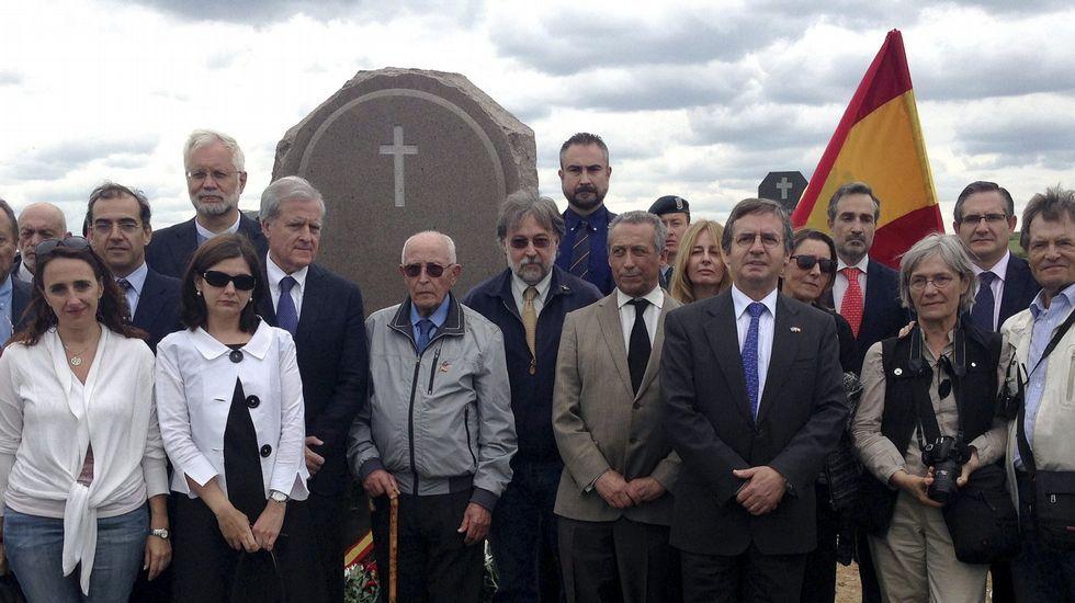 Inauguración del monumento en memoria de los españoles fallecidos en el Gulag de Karagandá (Kazajistán). En la primera fila, de izquierda a derecha: Ana Cepeda, Luiza Iordache, José María Bañuelos, Luis Montejano, el general Fontenla, el embajador Manuel Larrotcha, Natasha Ramos y su marido.