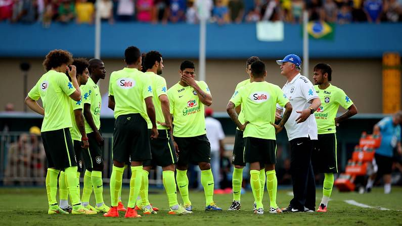 El Cristo de Corcovado luce la «canarinha».Scolari señala a Neymar durante la rueda de prensa