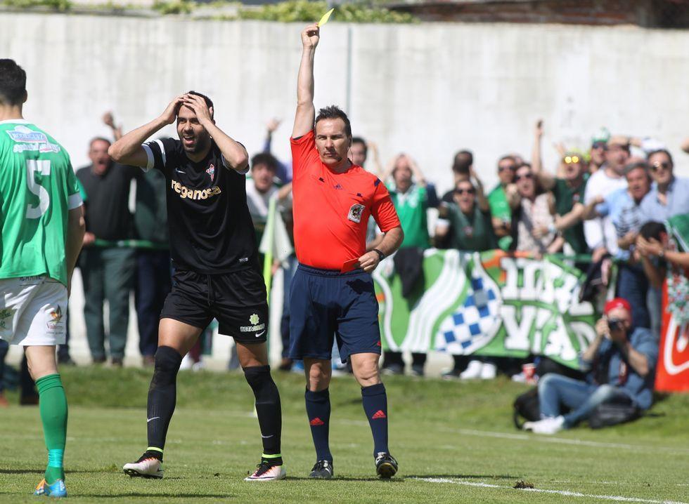 .Joselu reclamó un penalti en los primeros minutos del encuentro aunque el árbitro le mostró una tarjeta amarilla.
