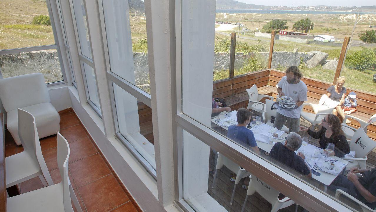 Comandado por Tere Castro y su hijo, Rubén González, el Costa Verde ofrece espectaculares vistas de la playa de San Xurxo