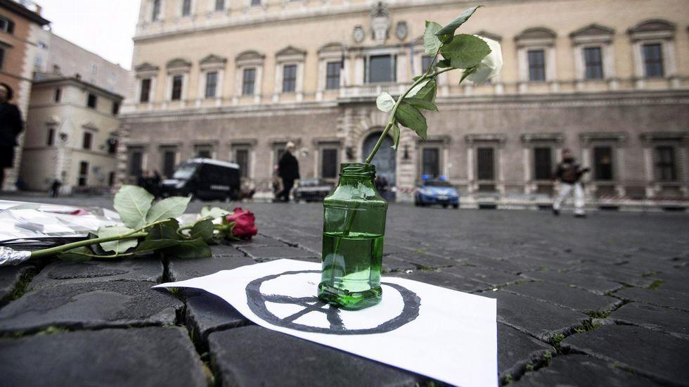 Flores en recuerdo  de la masacre de París en Roma.